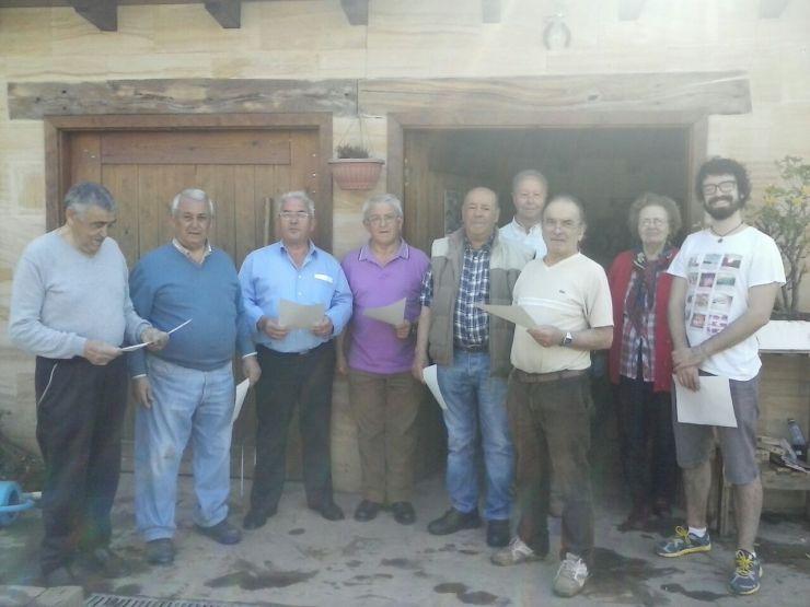 El grupo de hortelanos de los huertos de Altamira ensaya las canciones para su actuación el día de san Isidro Labrador.